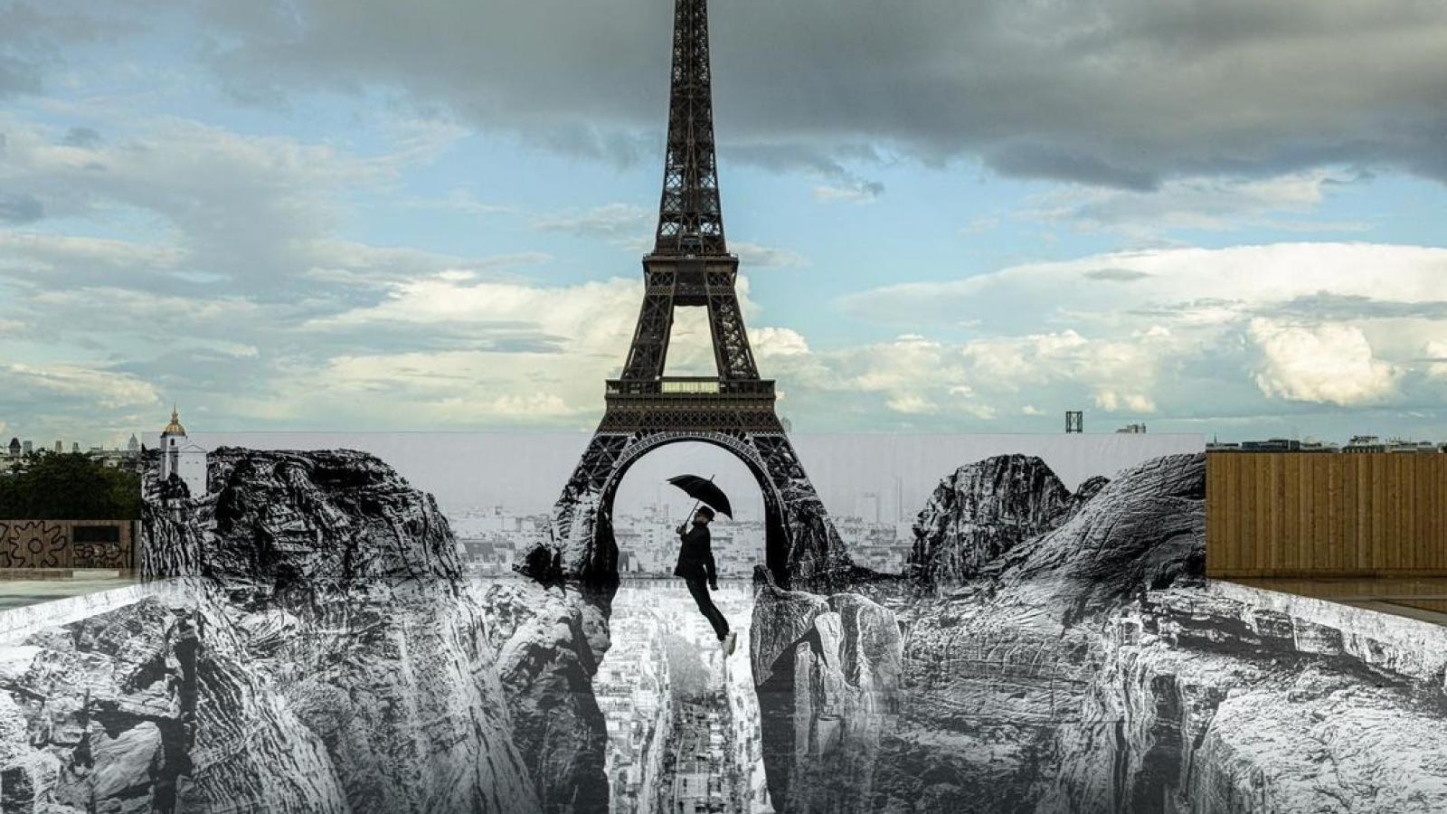 """Choáng ngợp với """"ảo ảnh vách đá"""" dưới chân tháp Eiffel"""