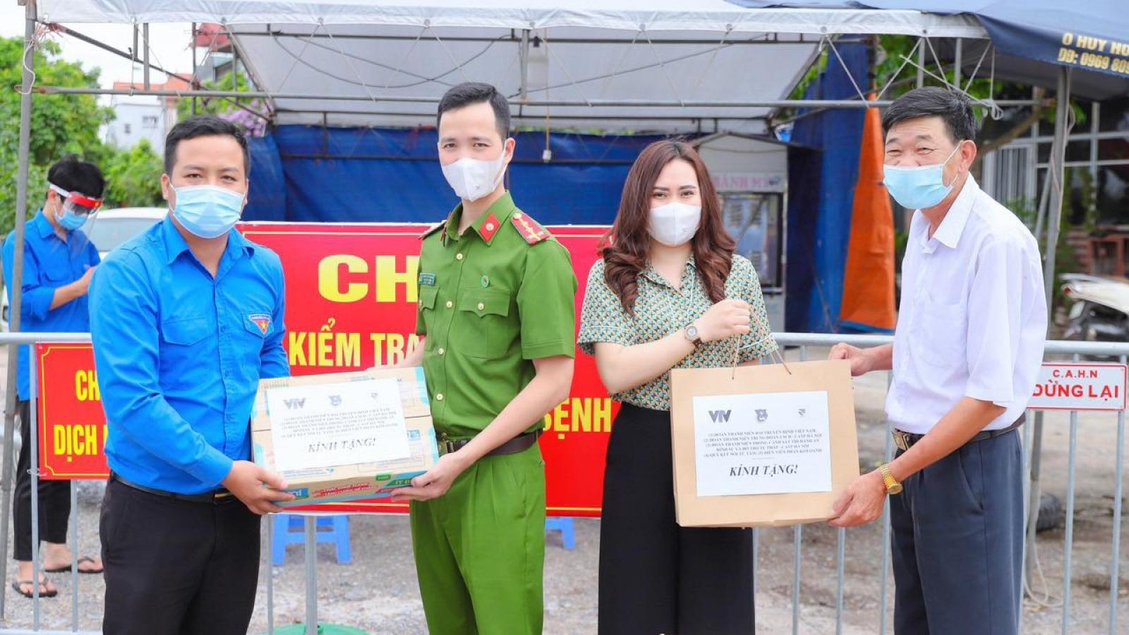 Diễn viên Phan Kim Oanh cùng Đoàn Thanh niên CA Hà Nội ủng hộ vật tư chống dịch Covid-19