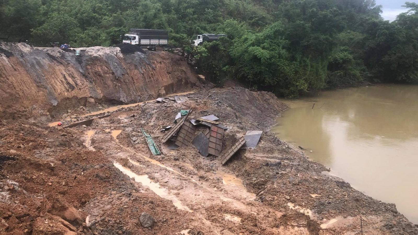 Mưa lớn gây sạt lở nghiêm trọng, hàng chục xe nông sản ở Đắk Lắk bị mắc kẹt