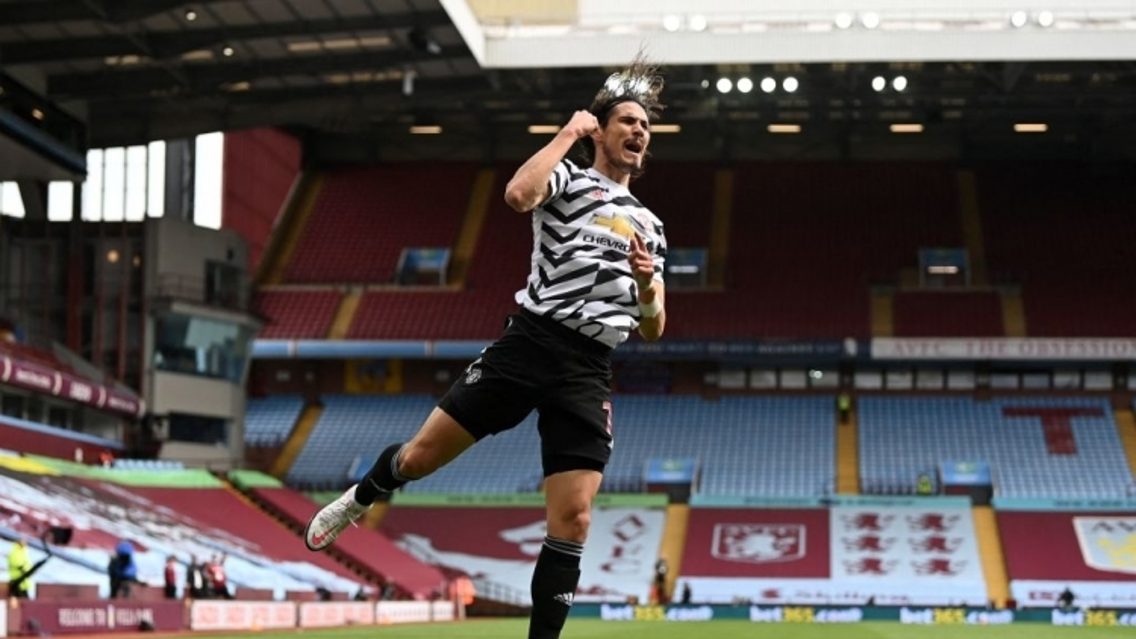Aston Villa nhận cái kết đắng vì chọc giận MU, Cavani lại lập kỷ lục