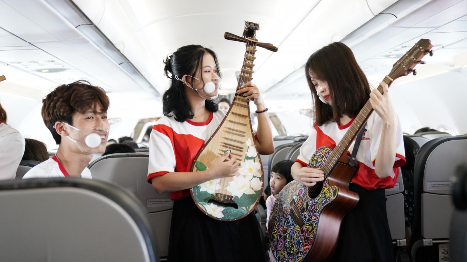 Vietjet biểu diễn nhạc cụ dân tộc trên máy bay, mừng ngày thống nhất đất nước 30/4