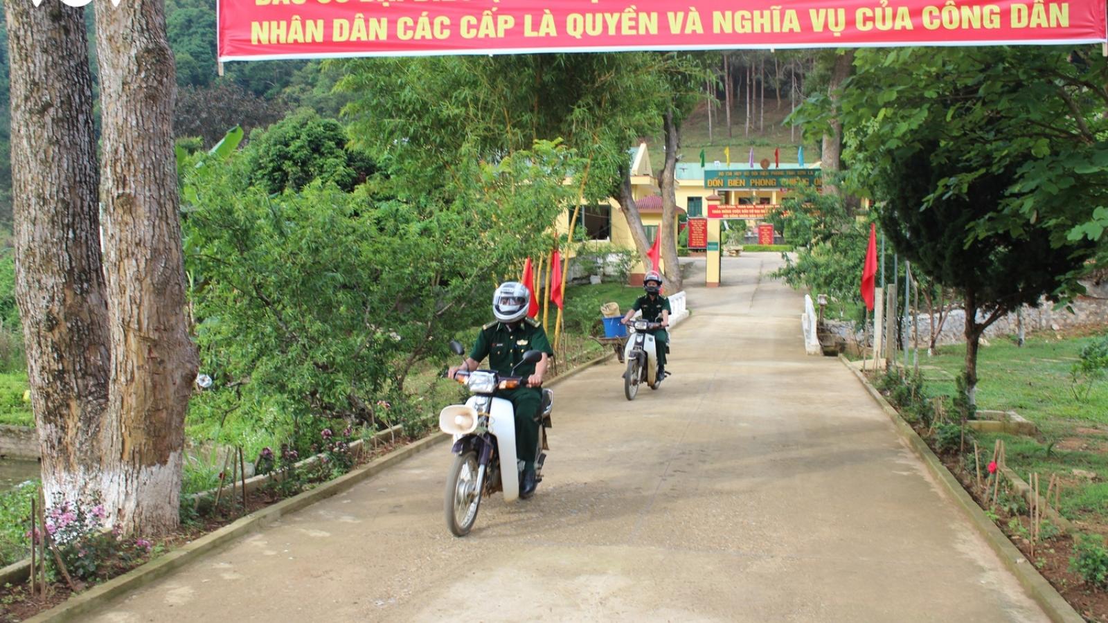 Ảnh: Biên phòng Sơn La vận động đồng bào tham gia bầu cử