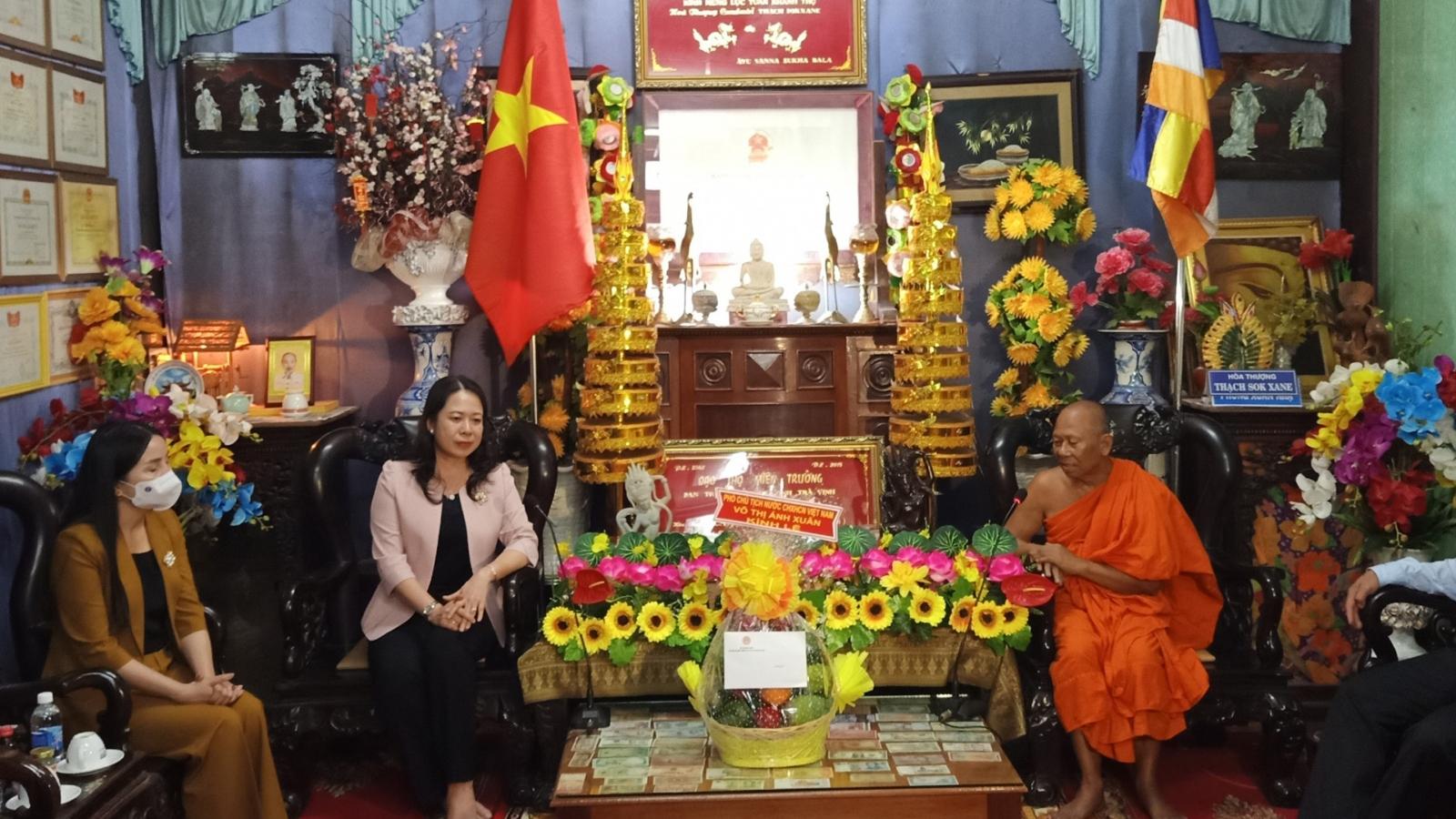 Phó Chủ tịch nước đến thăm, chúc mừng Đại Lễ Phật đản tại Trà Vinh