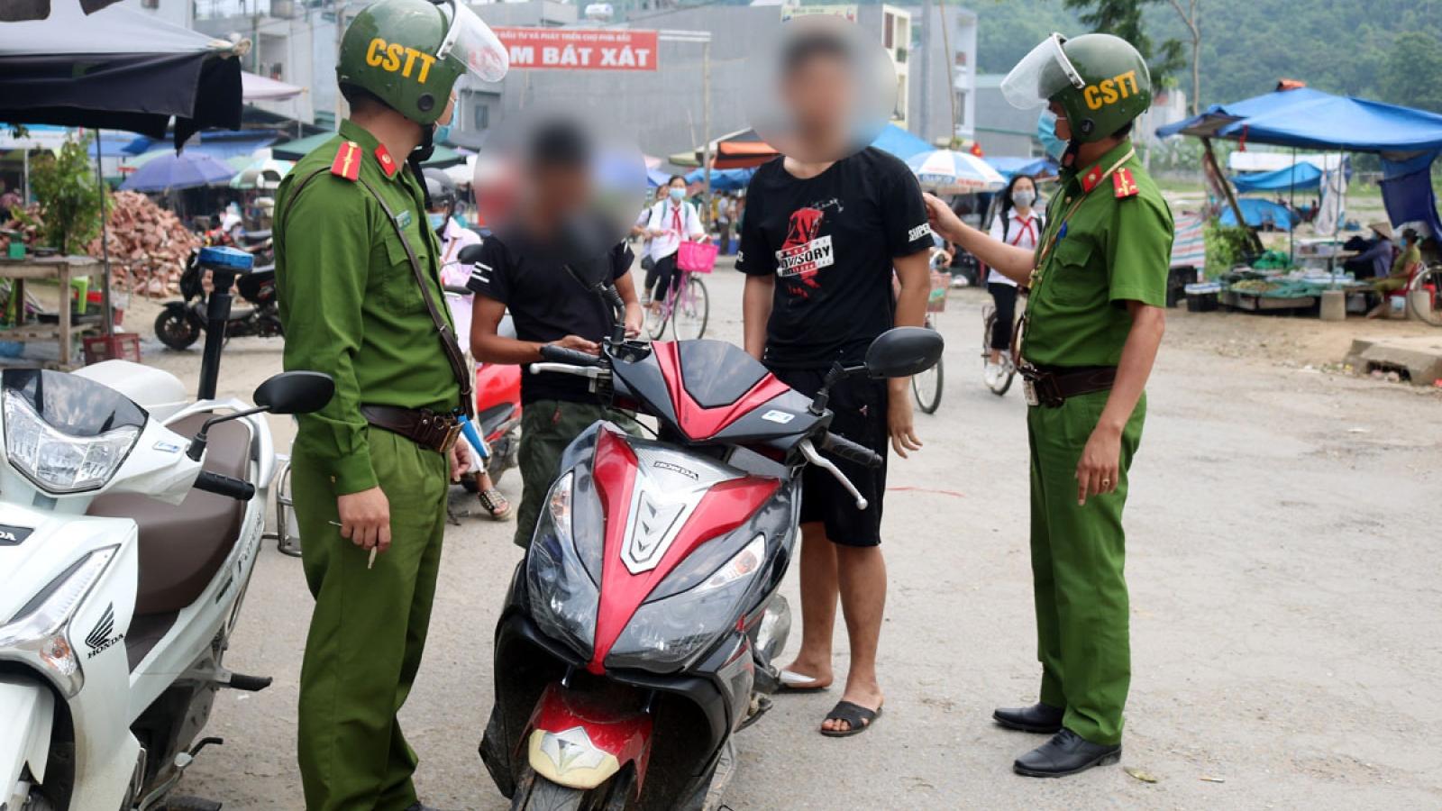 Hàng chục trường hợp ở Lào Cai bị phạt 2 triệu đồng vì không đeo khẩu trang