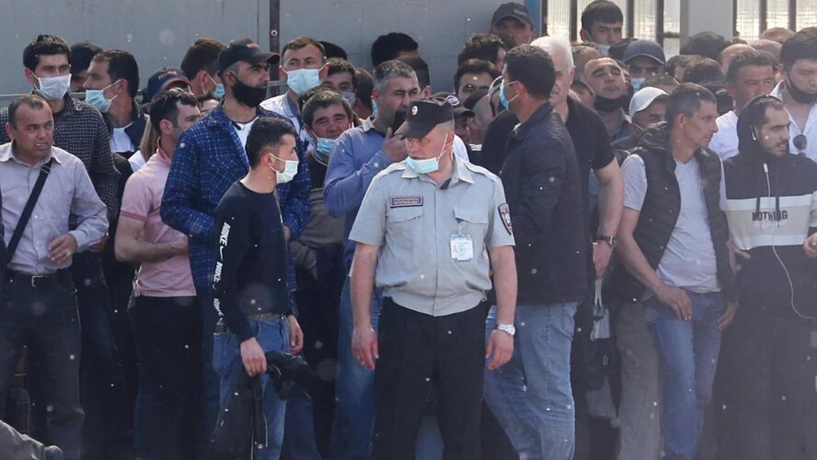 """Bộ Nội vụ Nga sẽ áp dụng chế độ """"lưu trú có kiểm soát"""" cho những người di cư"""