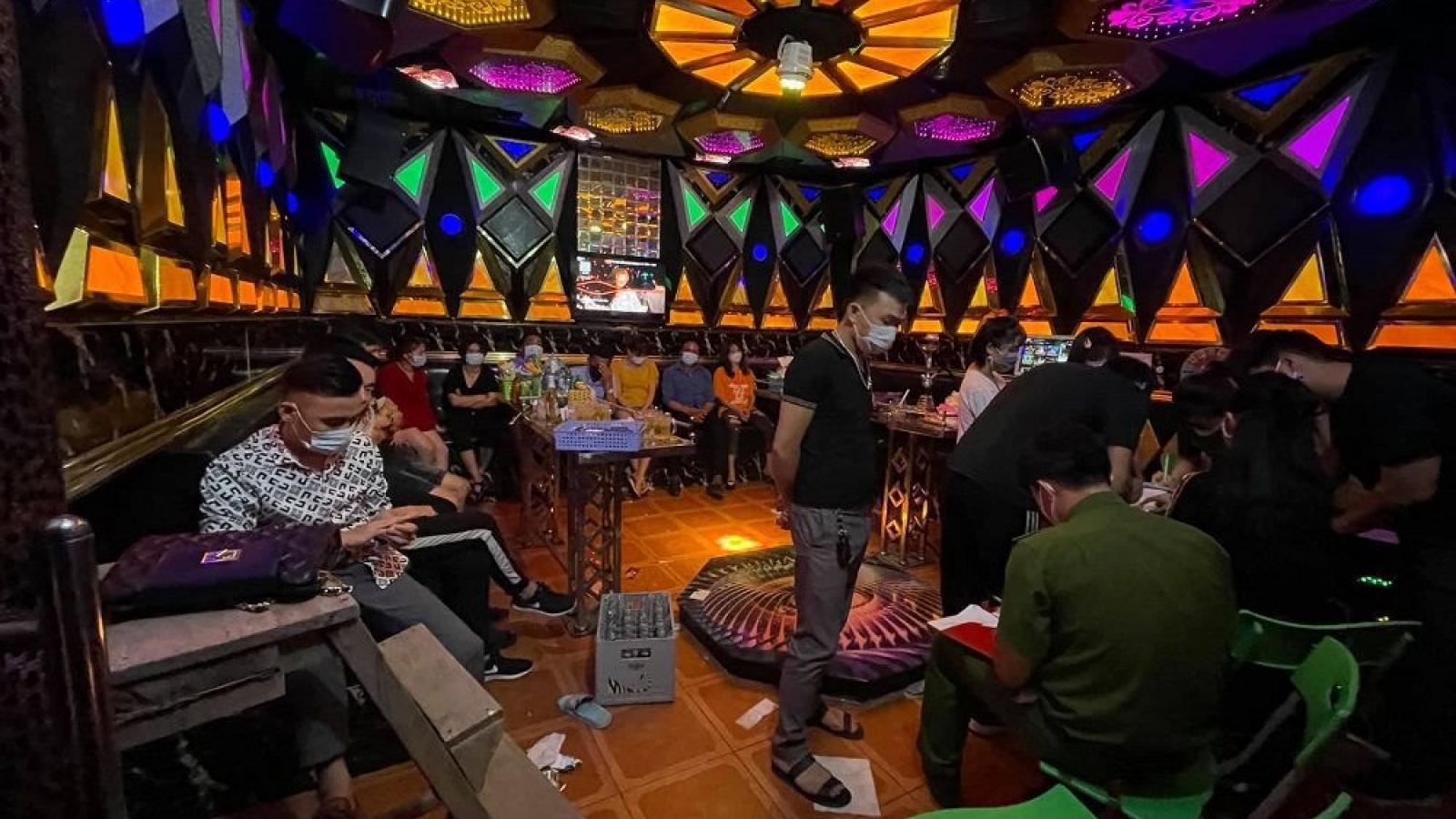 2 quán Karaoke và 17 người hát tại Sơn La bị xử phạt vì vi phạm chống dịch