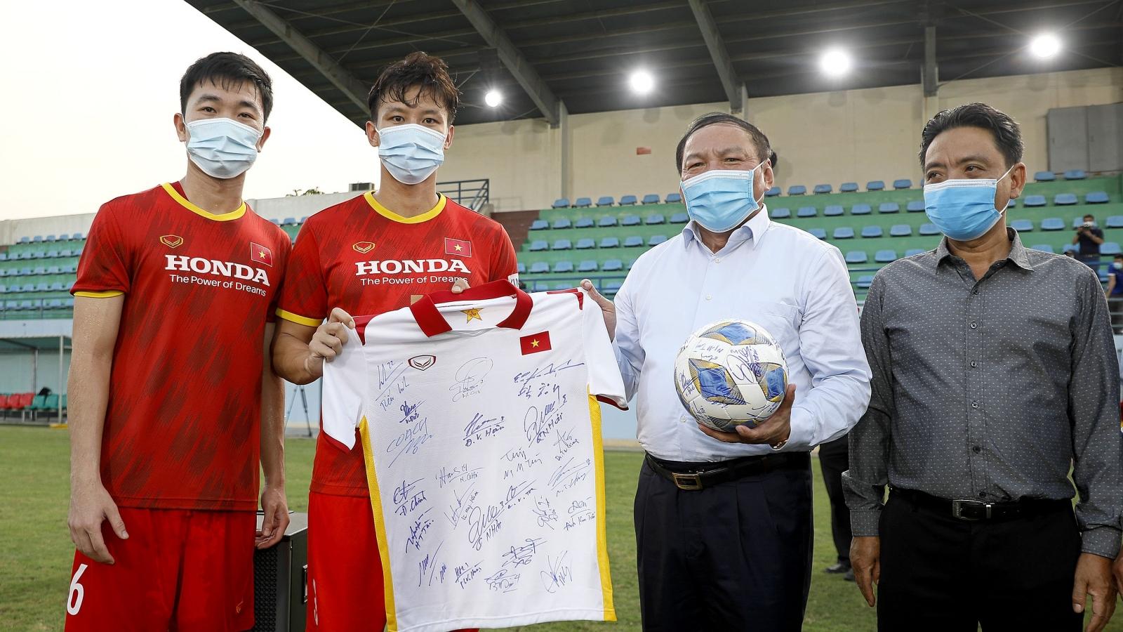 Bộ trưởng Nguyễn Văn Hùng động viên tinh thần ĐT Việt Nam và U22 Việt Nam