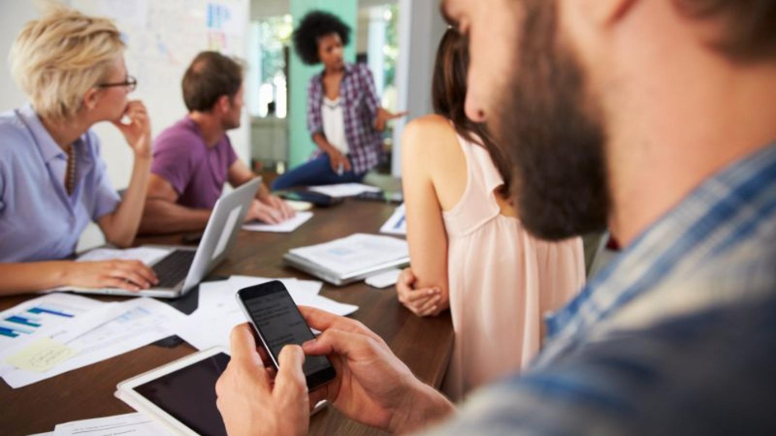 Tại sao người dùng không thể ngừng kiểm tra smartphone sau khi rời cơ quan?