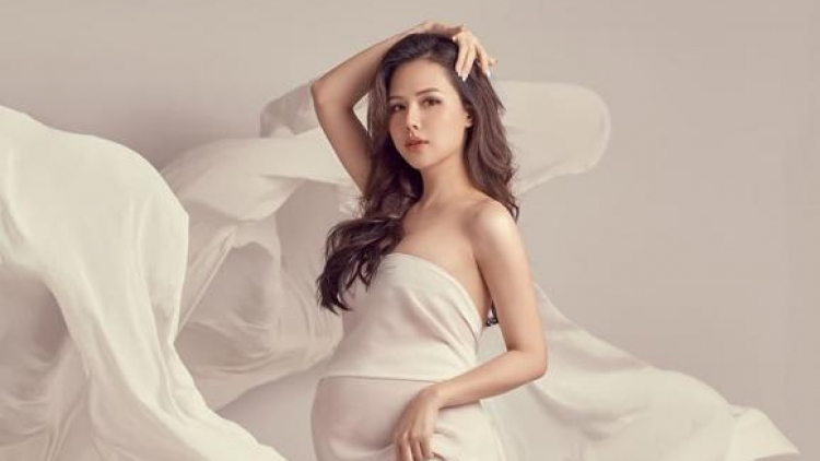"""Chuyện showbiz: Phanh Lee """"Ghét thì yêu thôi"""" quyến rũ trong loạt ảnh bầu 7 tháng"""