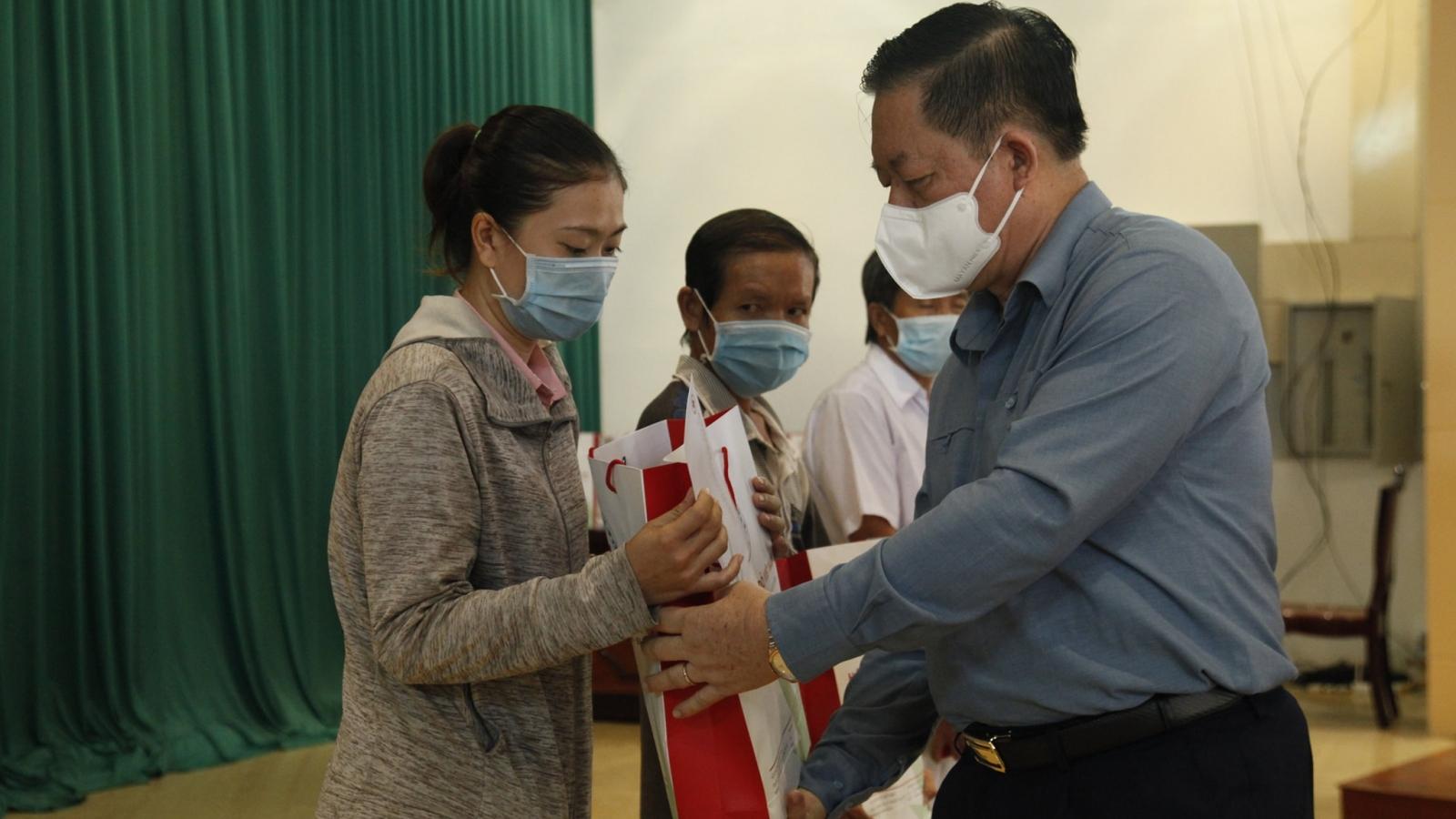 Ông Nguyễn Trọng Nghĩa tặng quà cho gia đình chính sách, hộ nghèo tại Tiền Giang