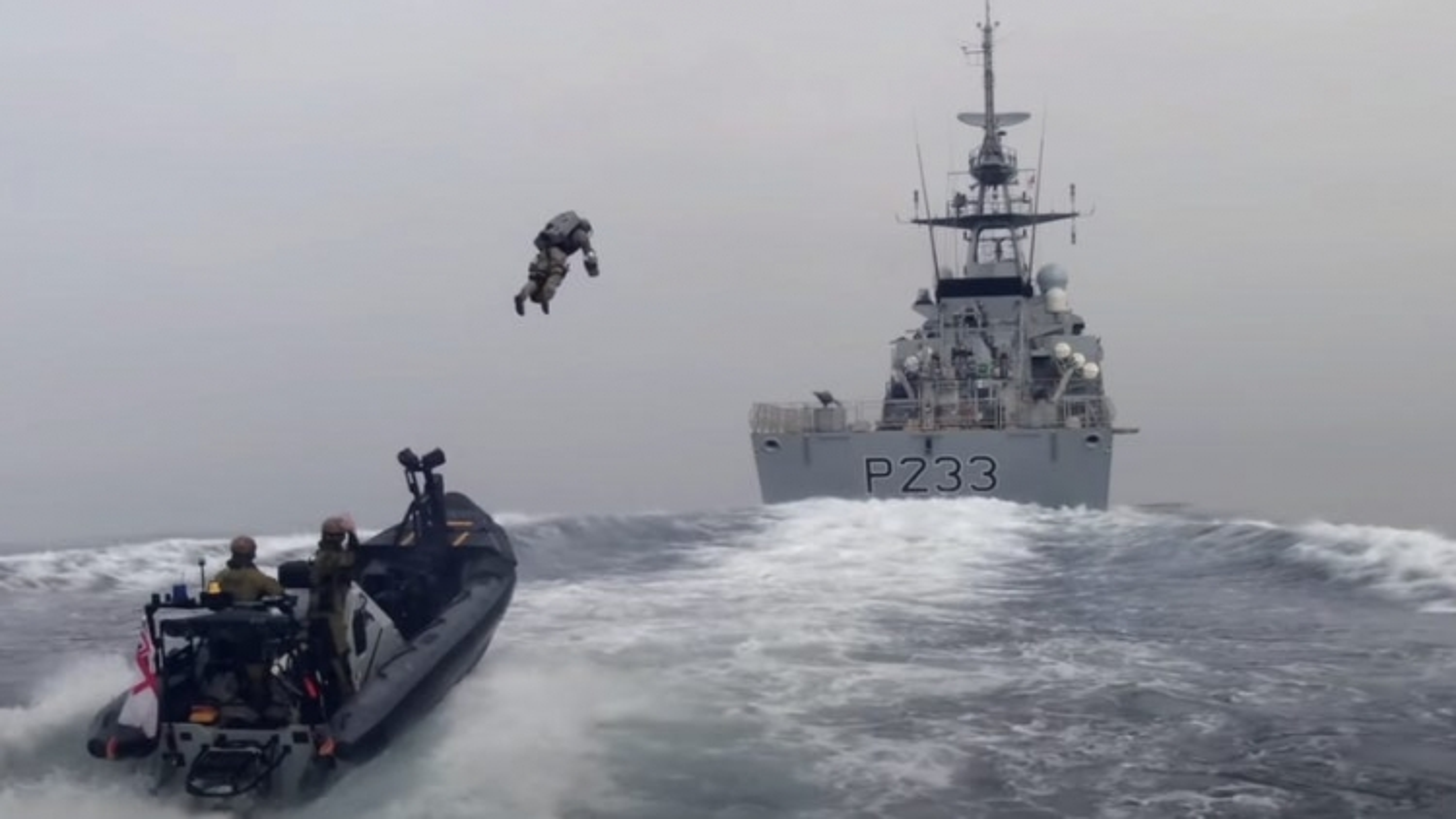 """Lính thủy quân lục chiến Anh bay như """"Iron Man"""", đổ bộ lên tàu chiến"""