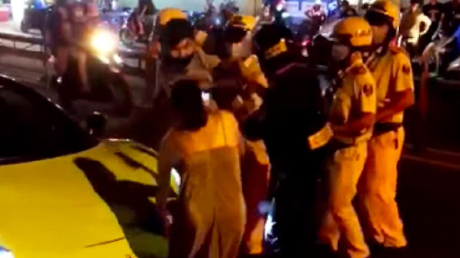 Khởi tố 3 người trong vụ đi xe Ferrari lăng mạ lực lượng công an