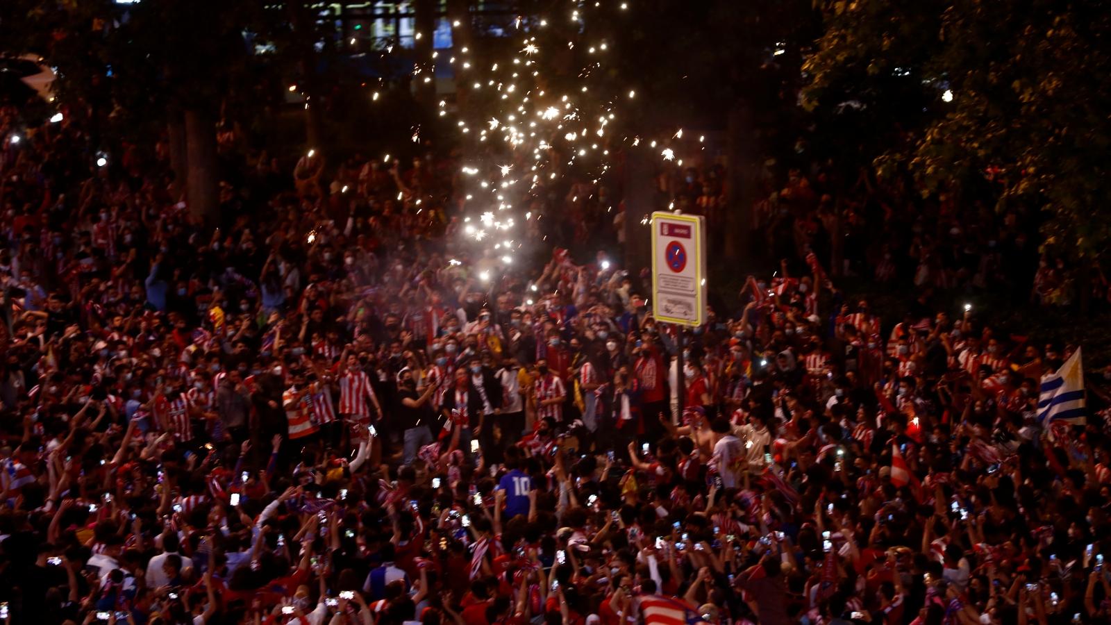 """CĐV Atletico """"phủ kín"""" đường phố Madrid mừng chức vô địch La Liga 2021"""