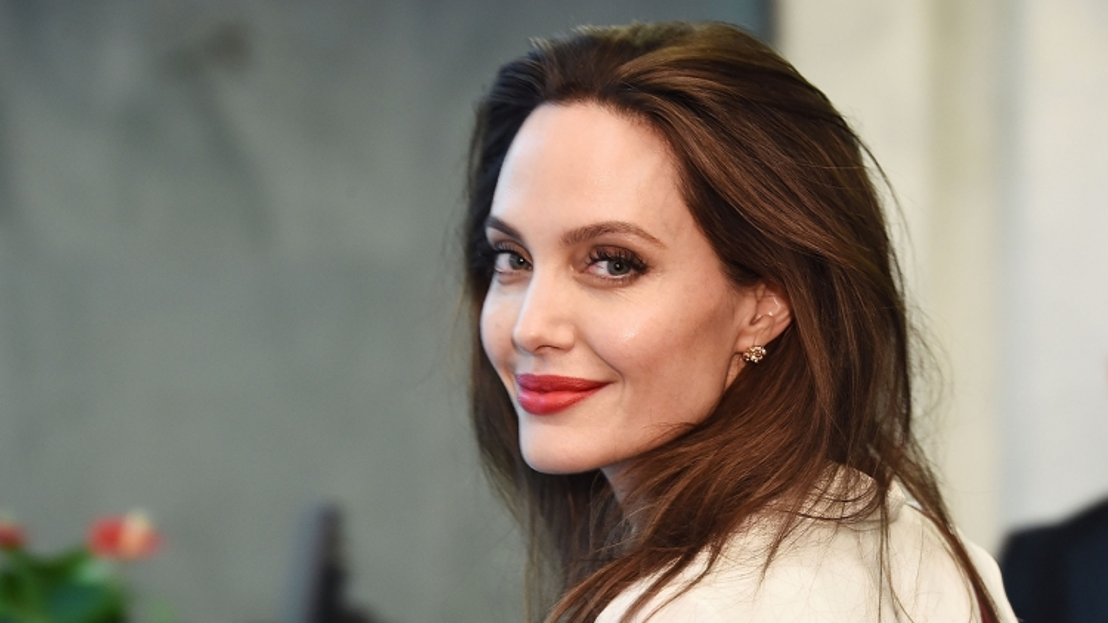 Angelina Jolie thú nhận độc thân vì kén chọn bạn đời
