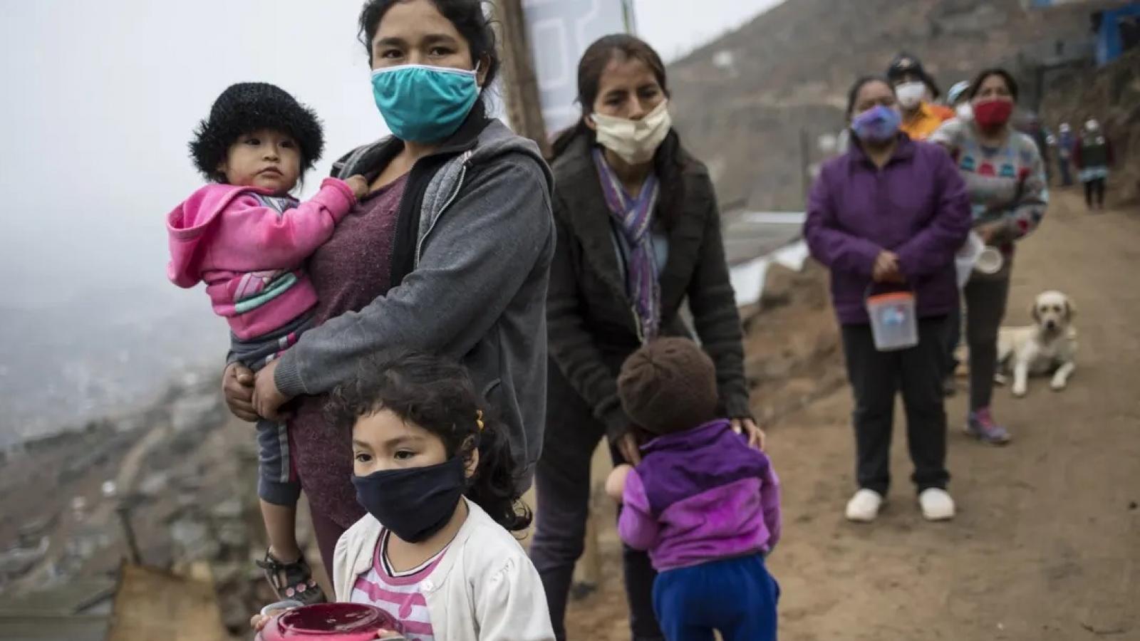 """""""Bóng ma"""" Covid-19 đe dọa làm trầm trọng thêm tình trạng đói nghèo toàn cầu"""