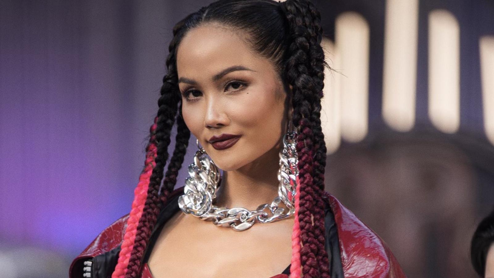 Chuyện showbiz: Hoa hậu H' Hen Niê lộ da sần và nếp nhăn khi để mặt mộc