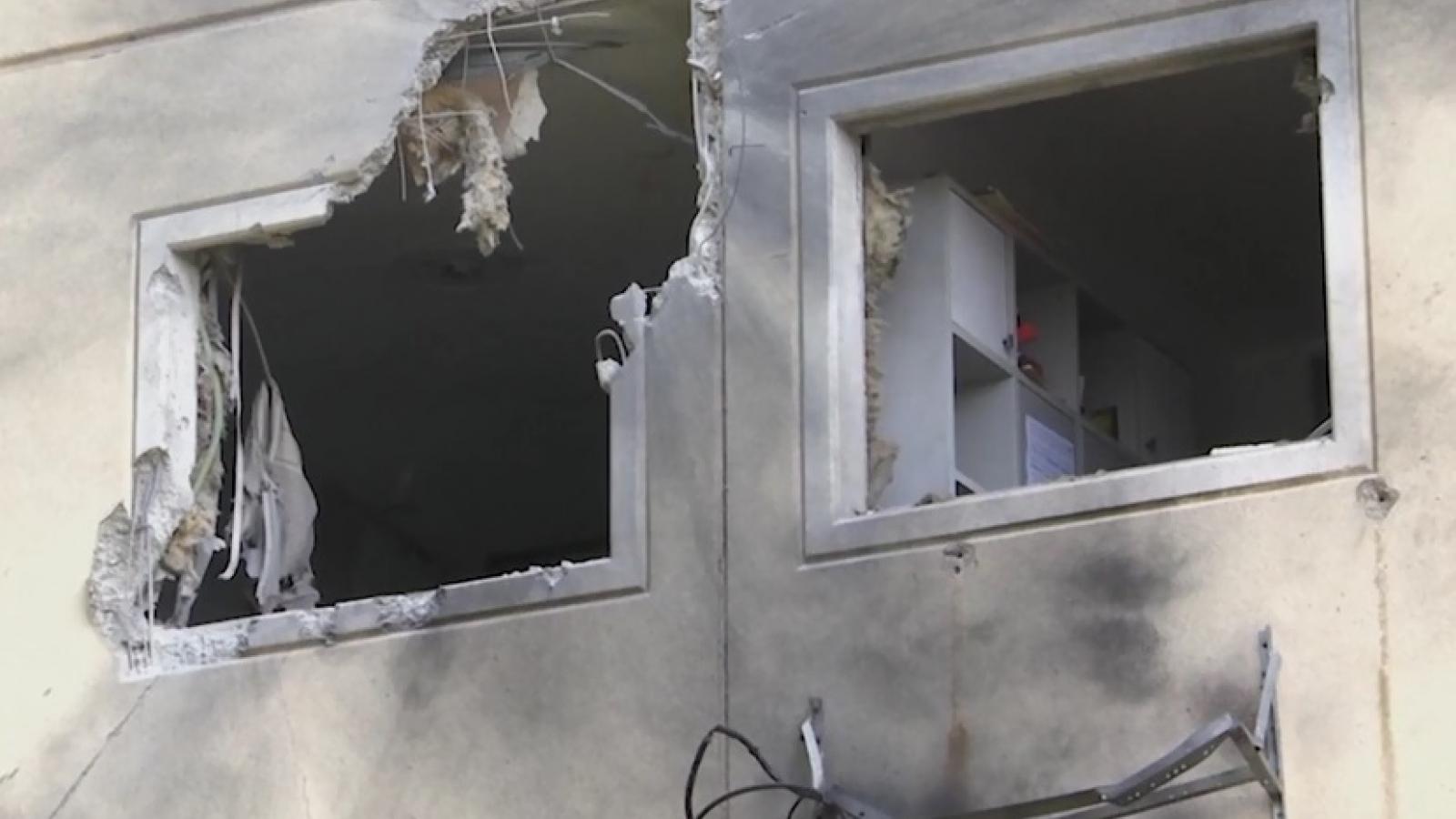 Nhà cửa người dân Israel hư hại do loạt rocket dữ dội phóng từ Gaza sang