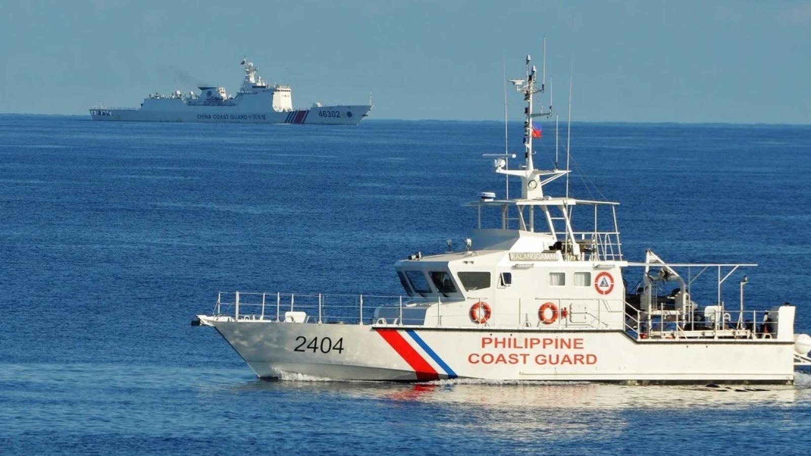 """Ngoại trưởng Philippines gay gắt """"đuổi"""" tàu Trung Quốc trên Twitter"""