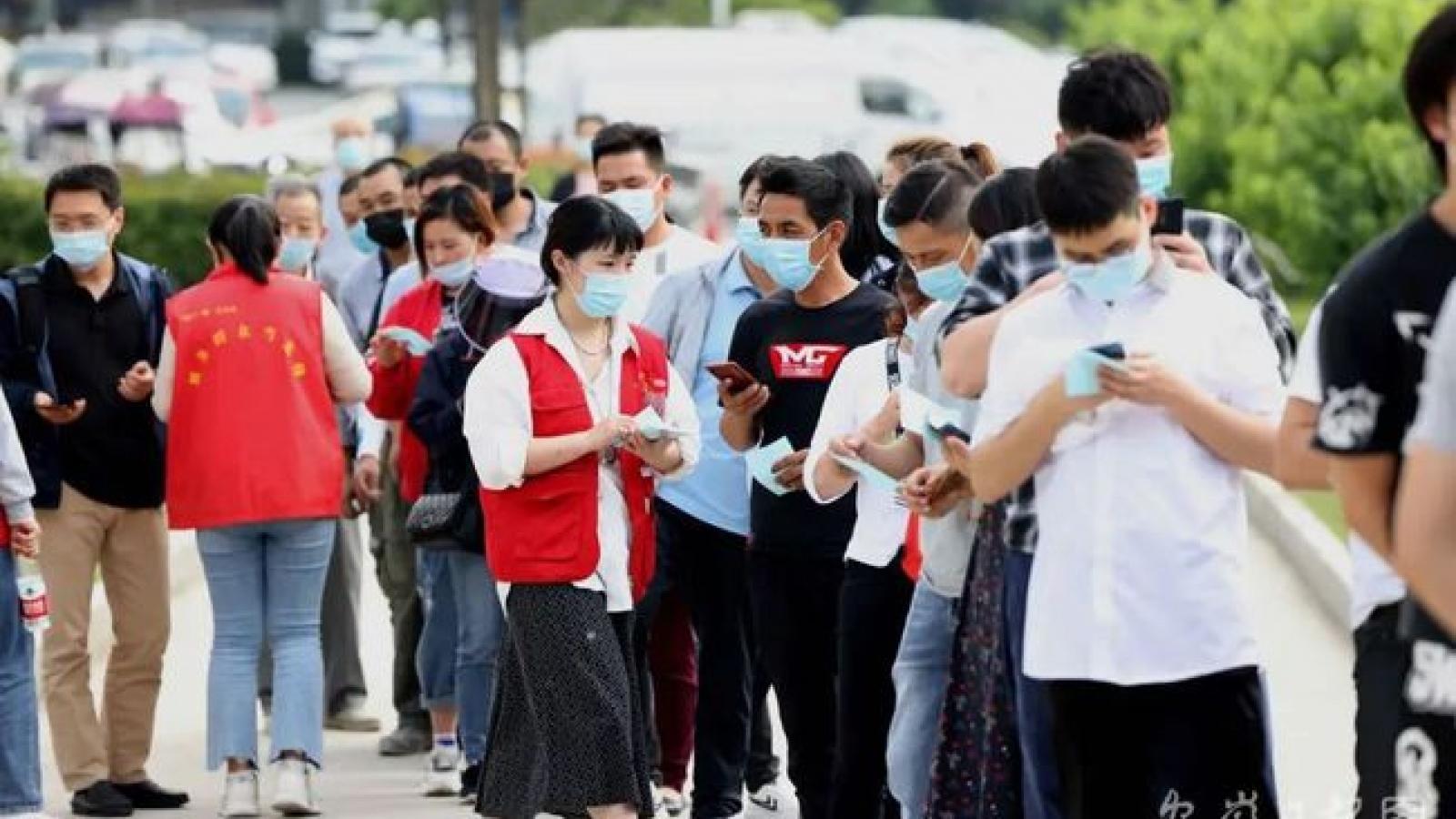 Dịch tái phát trong cộng đồng, người Trung Quốc đổ xô đi tiêm vaccine Covid-19