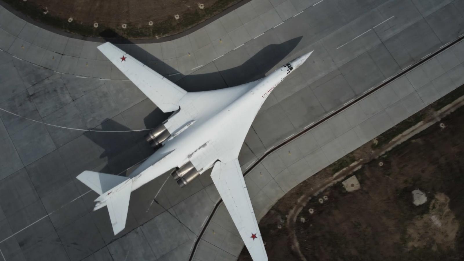 Tiêm kích MiG-31 tháp tùng oanh tạc cơ Tu-160 của Nga bay qua Biển Barents