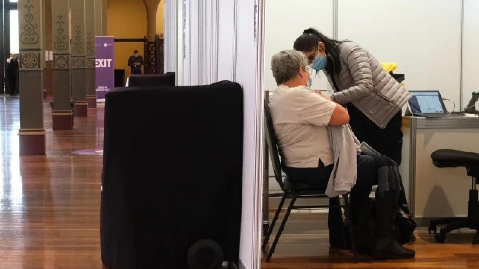 Australia đẩy nhanh tiêm chủng, Thái Lan vận dụng y học cổ truyền chữa Covid-19