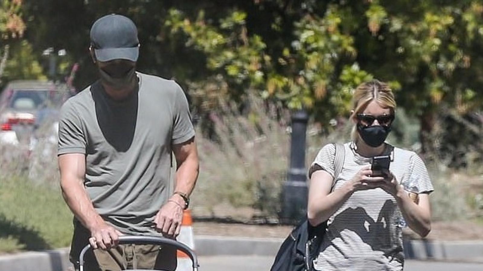 Emma Roberts mải mê xem điện thoại khi cùng bạn trai đưa con đi chơi
