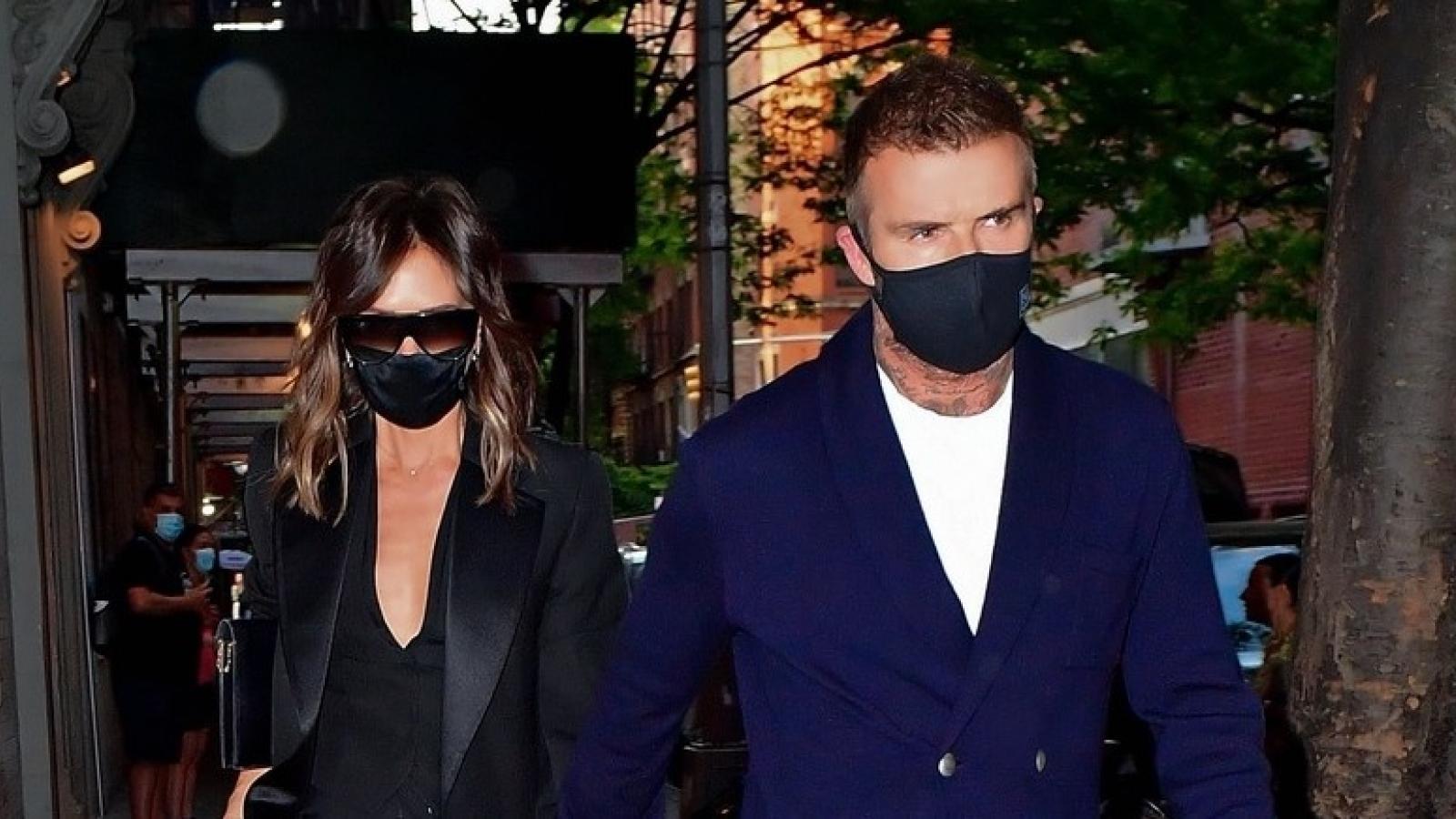 Vợ chồng Victoria Beckham nắm tay tình cảm đi ăn tối tại nhà hàng