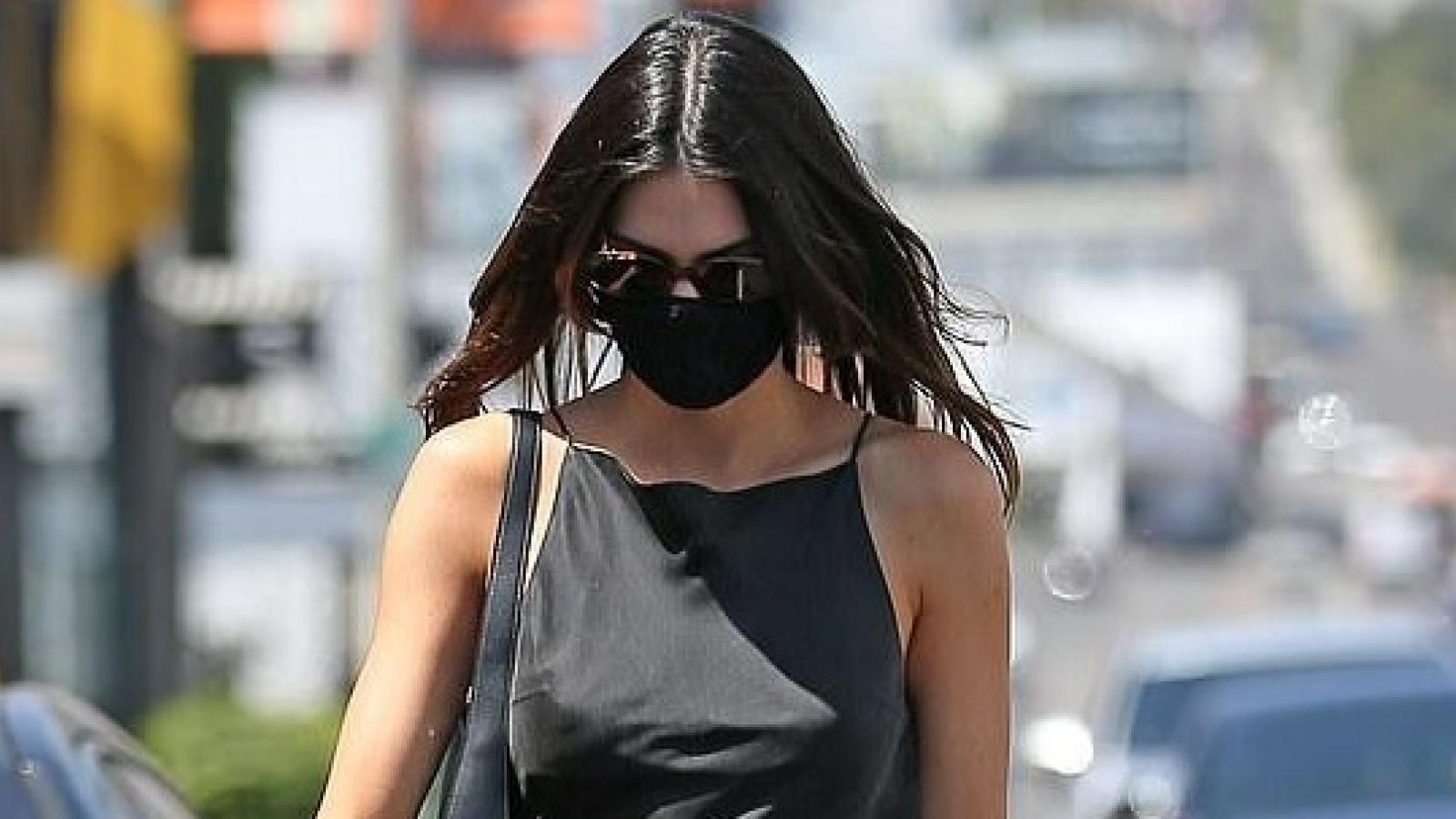 Kendall Jenner diện đầm lụa khoe body gợi cảm trên phố