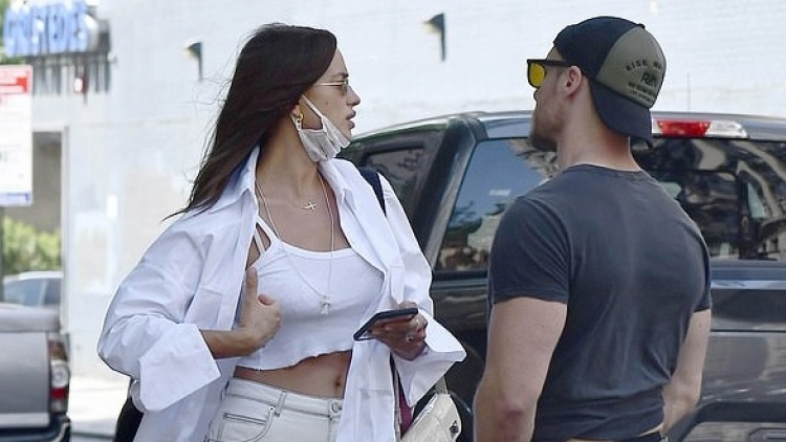 Irina Shayk trò chuyện cùng tình cũ của Hilary Duff trên phố