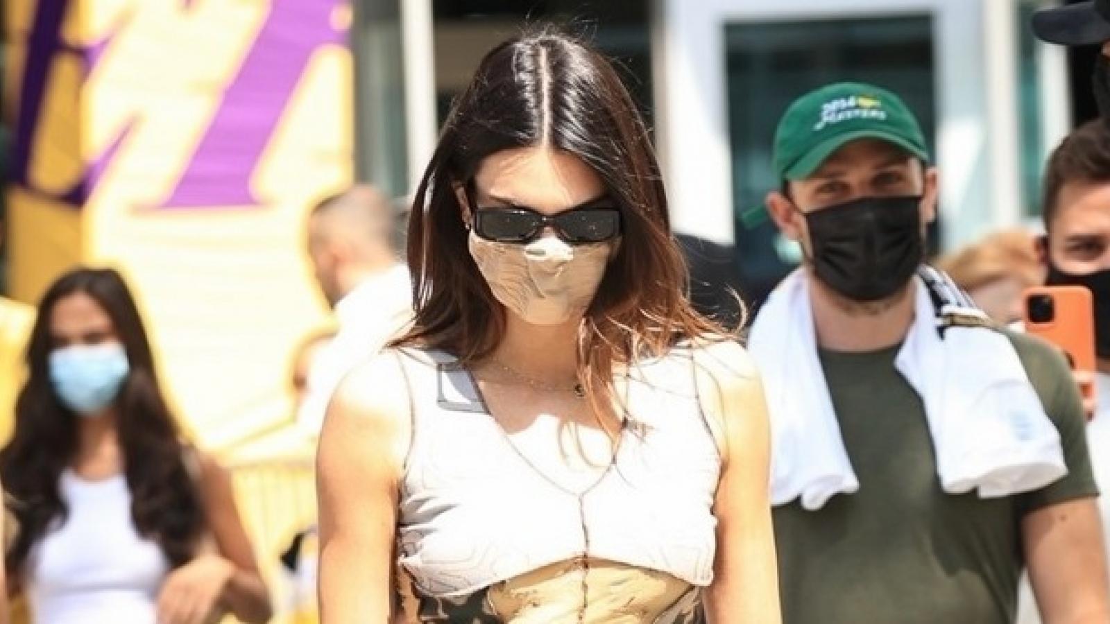 Kendall Jenner gợi cảm đến sân bóng rổ để cổ vũ bạn trai thi đấu