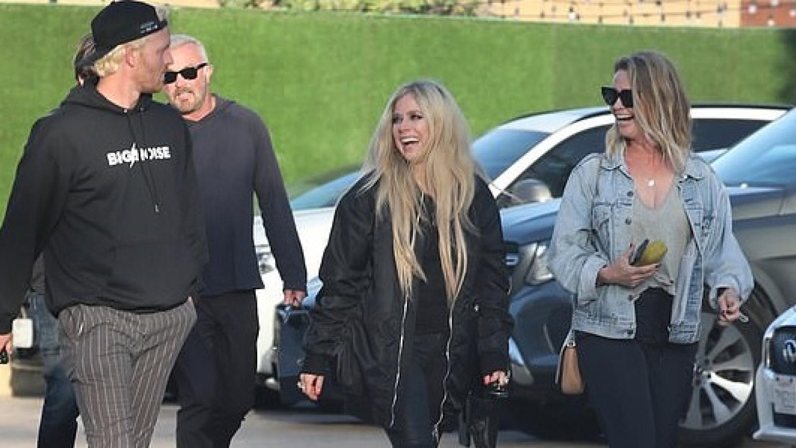 Vắng tình mới, Avril Lavigne giản dị đi chơi tối cùng bạn bè