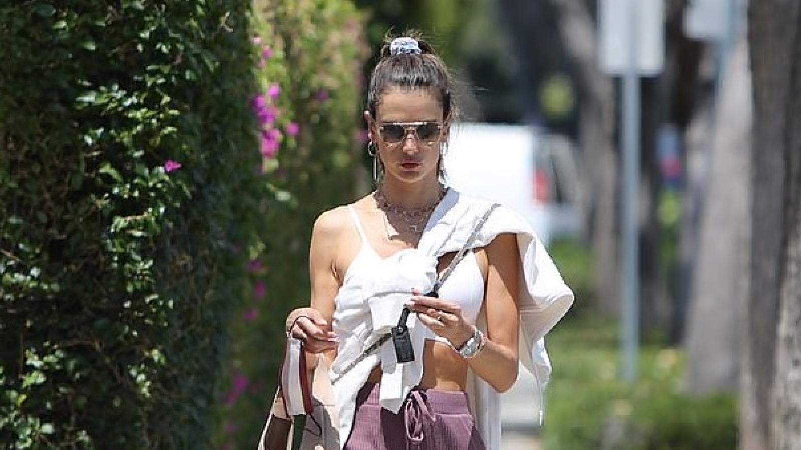 """Alessandra Ambrosio mặc đồ thể thao, khoe dáng """"bốc lửa"""" trên phố"""