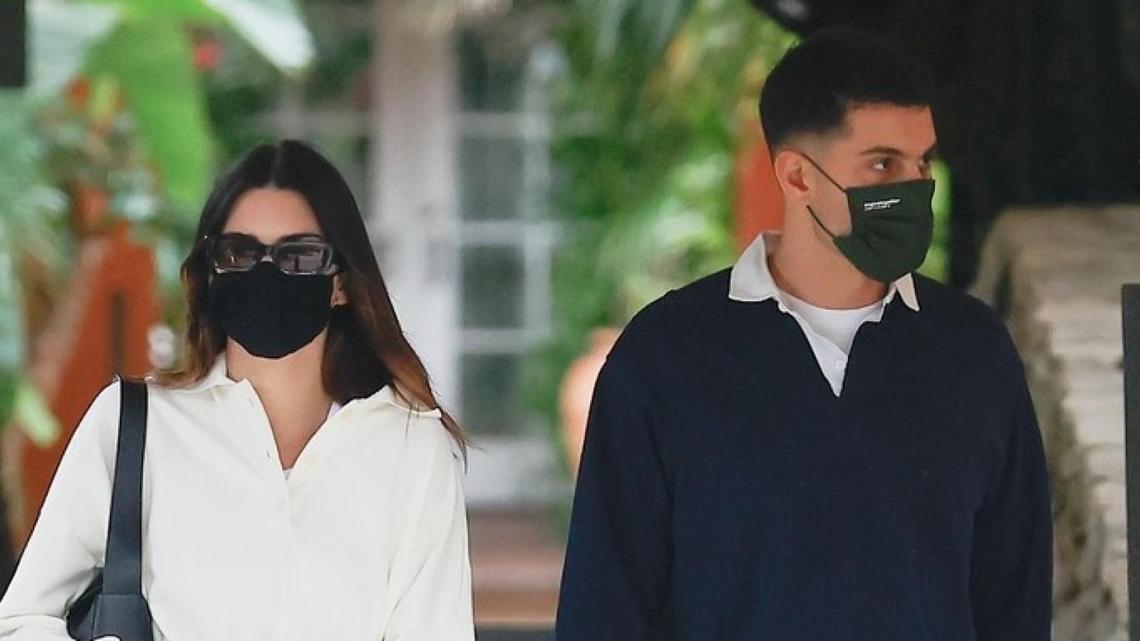 Kendall Jenner giản dị đi chơi cùng bạn thân Fai Khadra