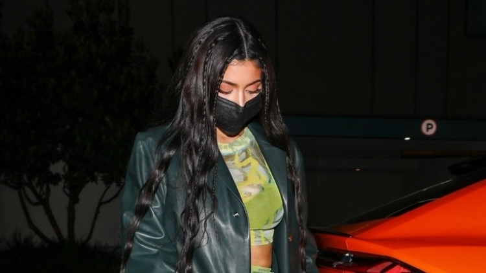 """""""Mẹ đơn thân"""" Kylie Jenner phối đồ gợi cảm đi chơi đêm cùng bạn bè"""
