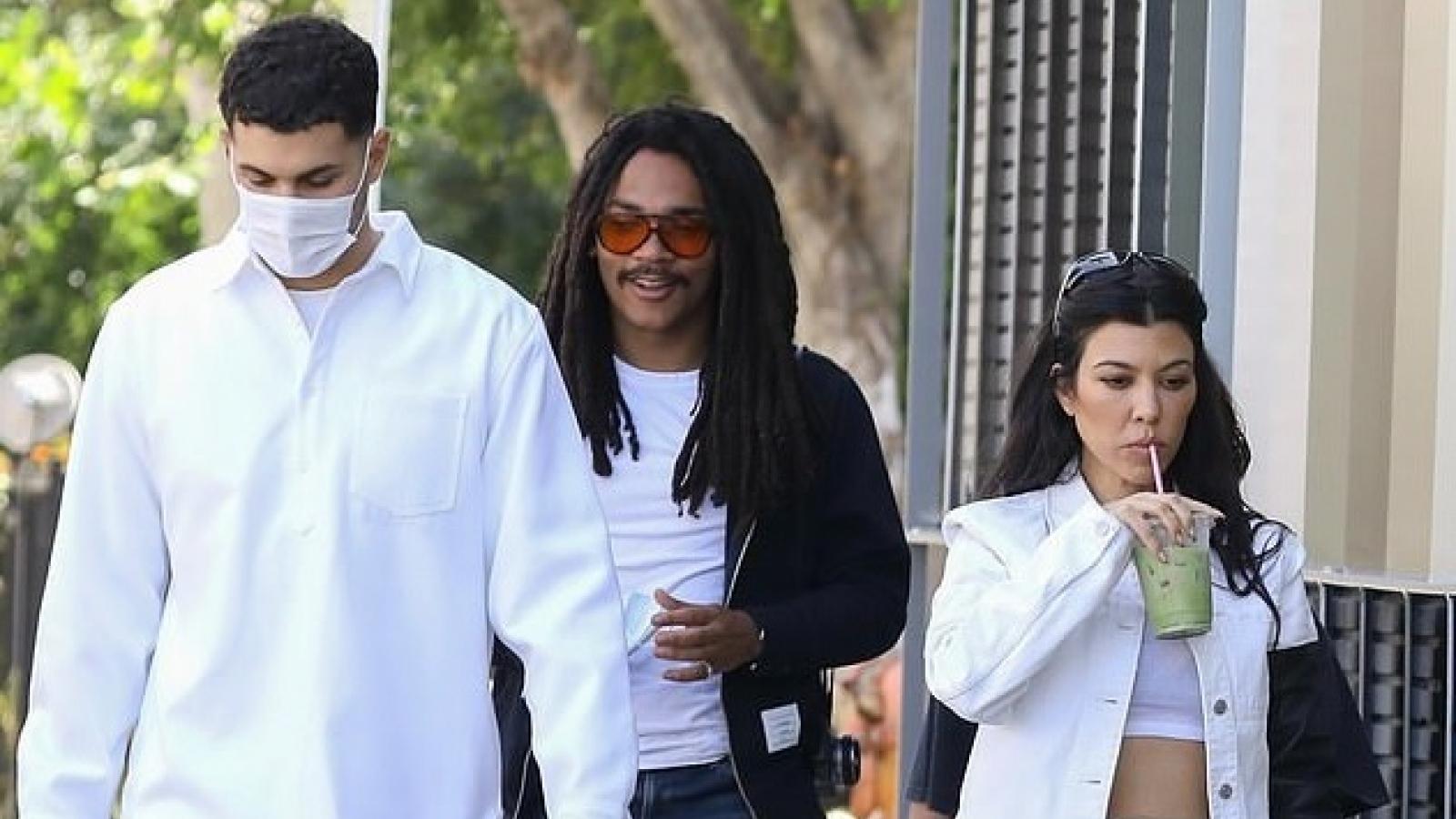 Kourtney Kardashian gợi cảm ra phố cùng bạn thân và con trai