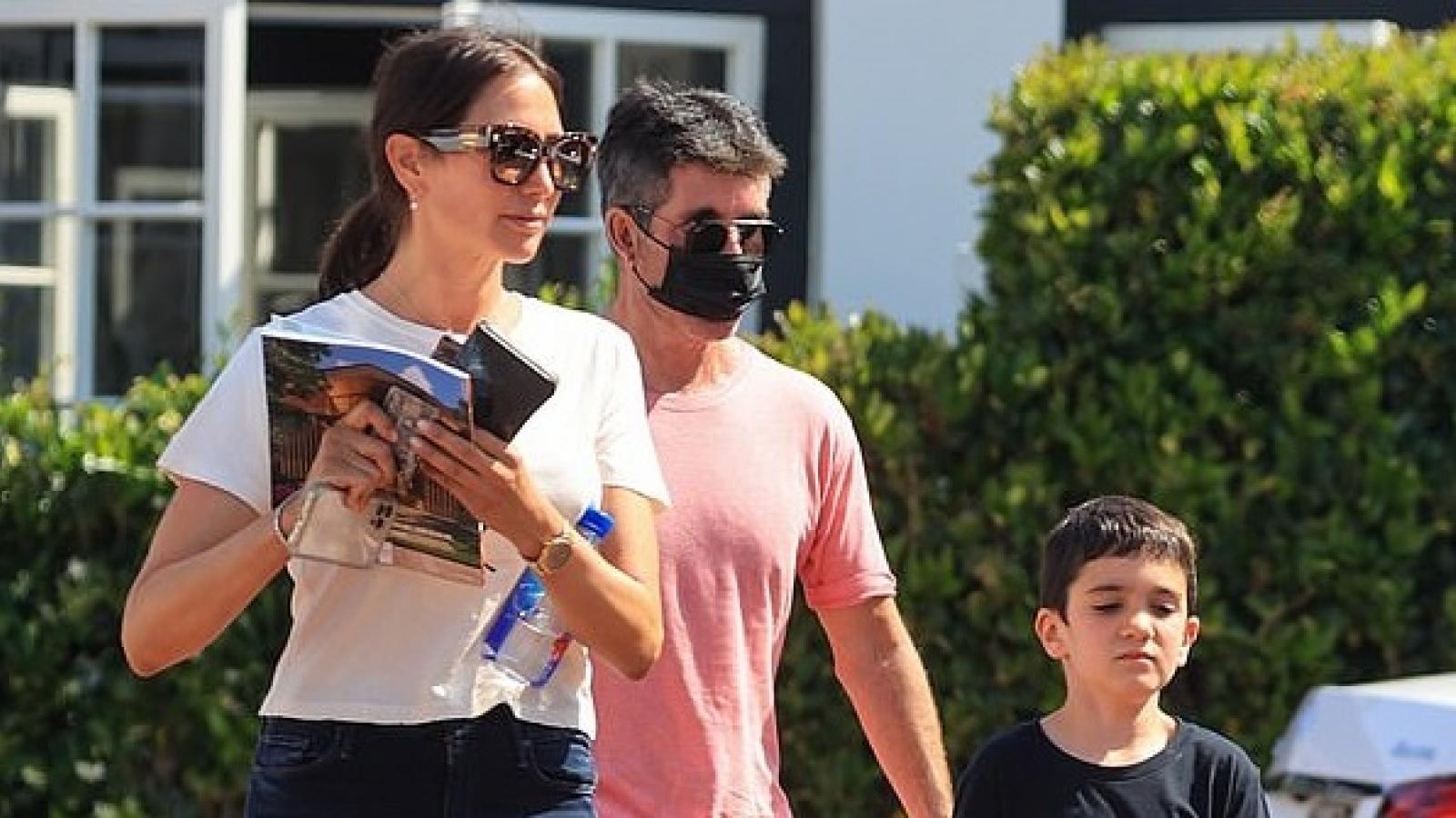 """""""Ông trùm"""" Simon Cowell và bạn gái vui vẻ đưa con trai 7 tuổi đi mua sắm"""