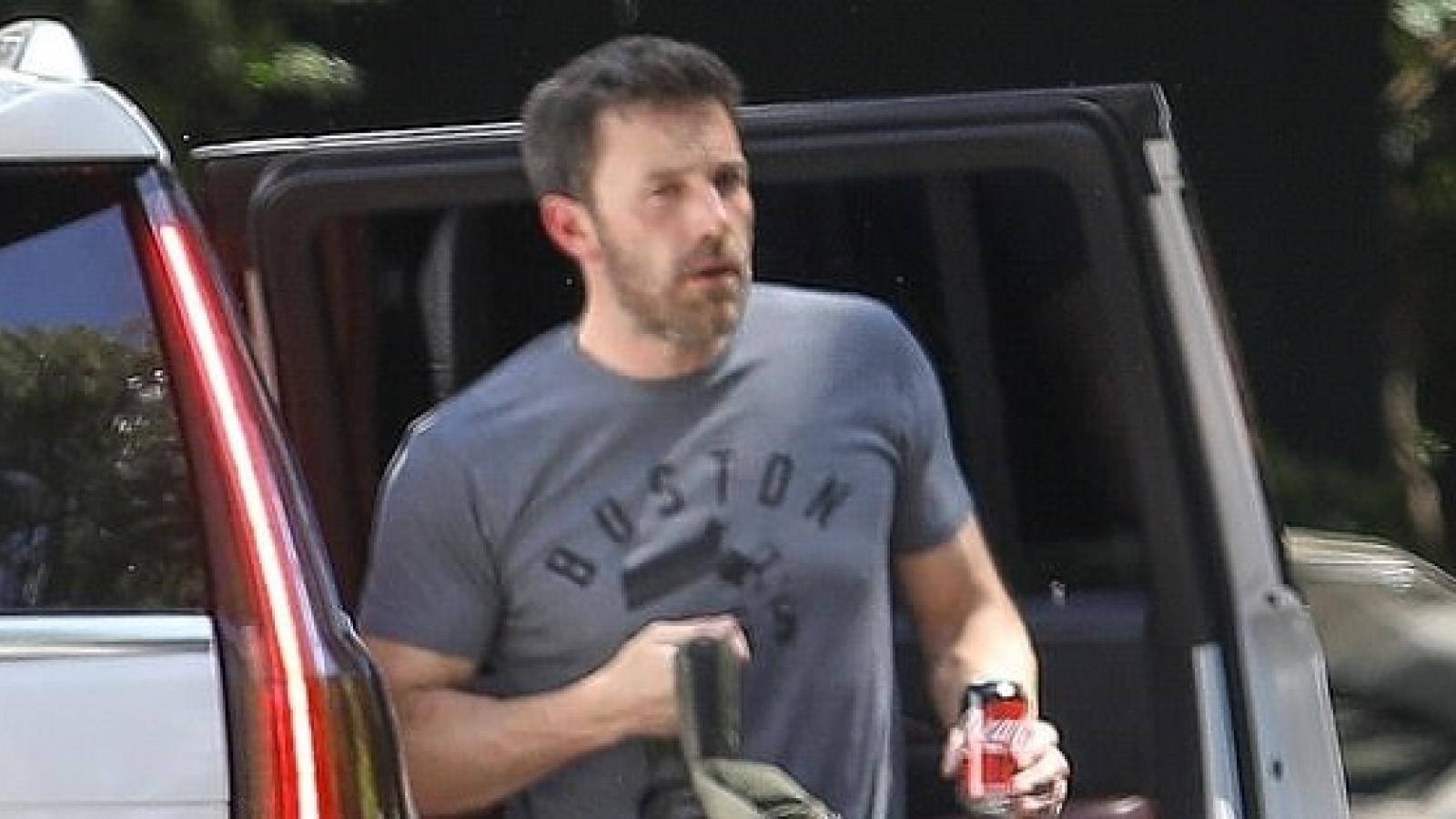 """Ben Affleck đến thăm nhà """"tình cũ"""" Jennifer Lopez sau khi cô hủy hôn"""
