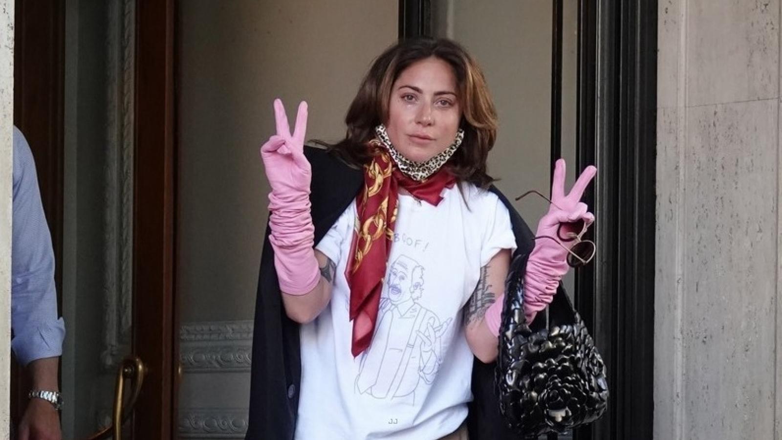 """Lady Gaga giản dị rời khỏi khách sạn sau khi quay phim """"House of Gucci"""""""