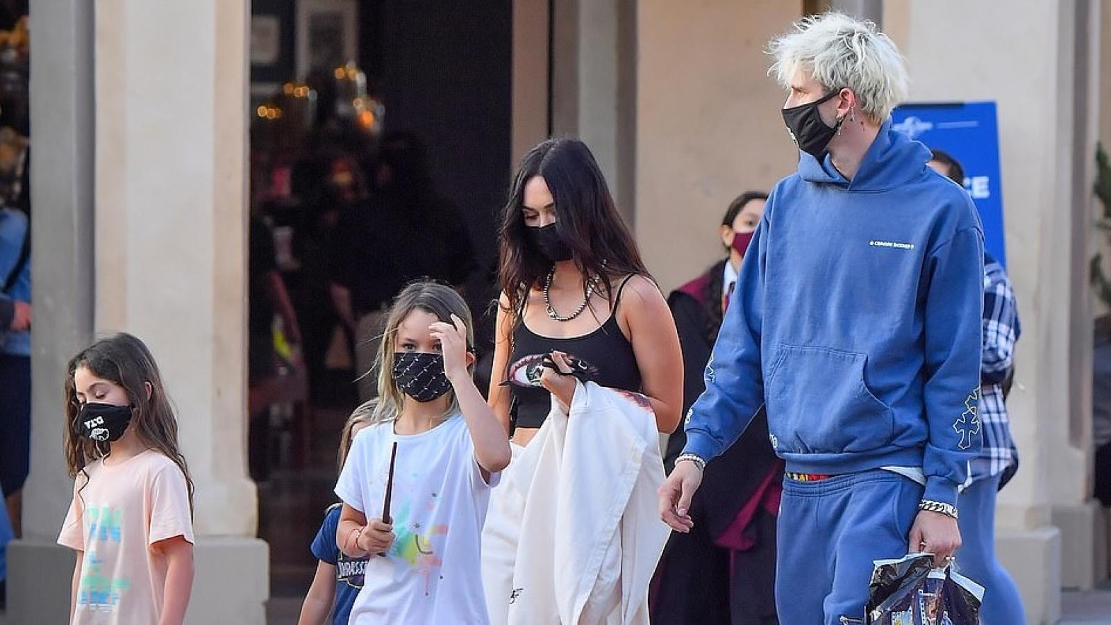 Megan Fox gợi cảm đưa các con đi chơi cùng tình trẻ
