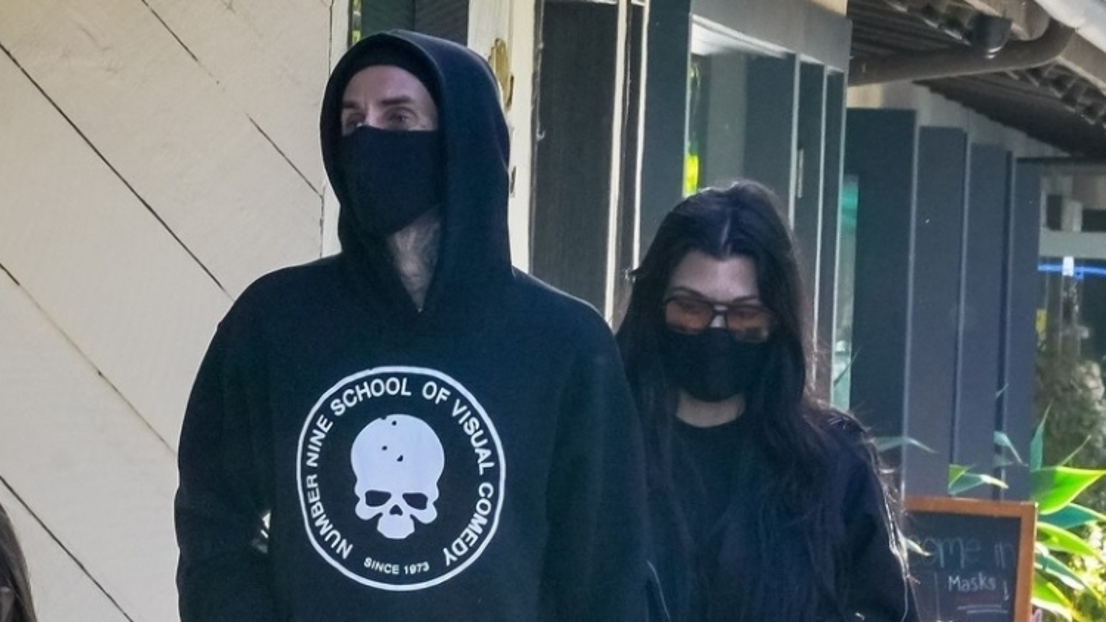 Kourtney Kardashian và tình trẻ diện đồ đồng điệu đi ăn trưa ở California