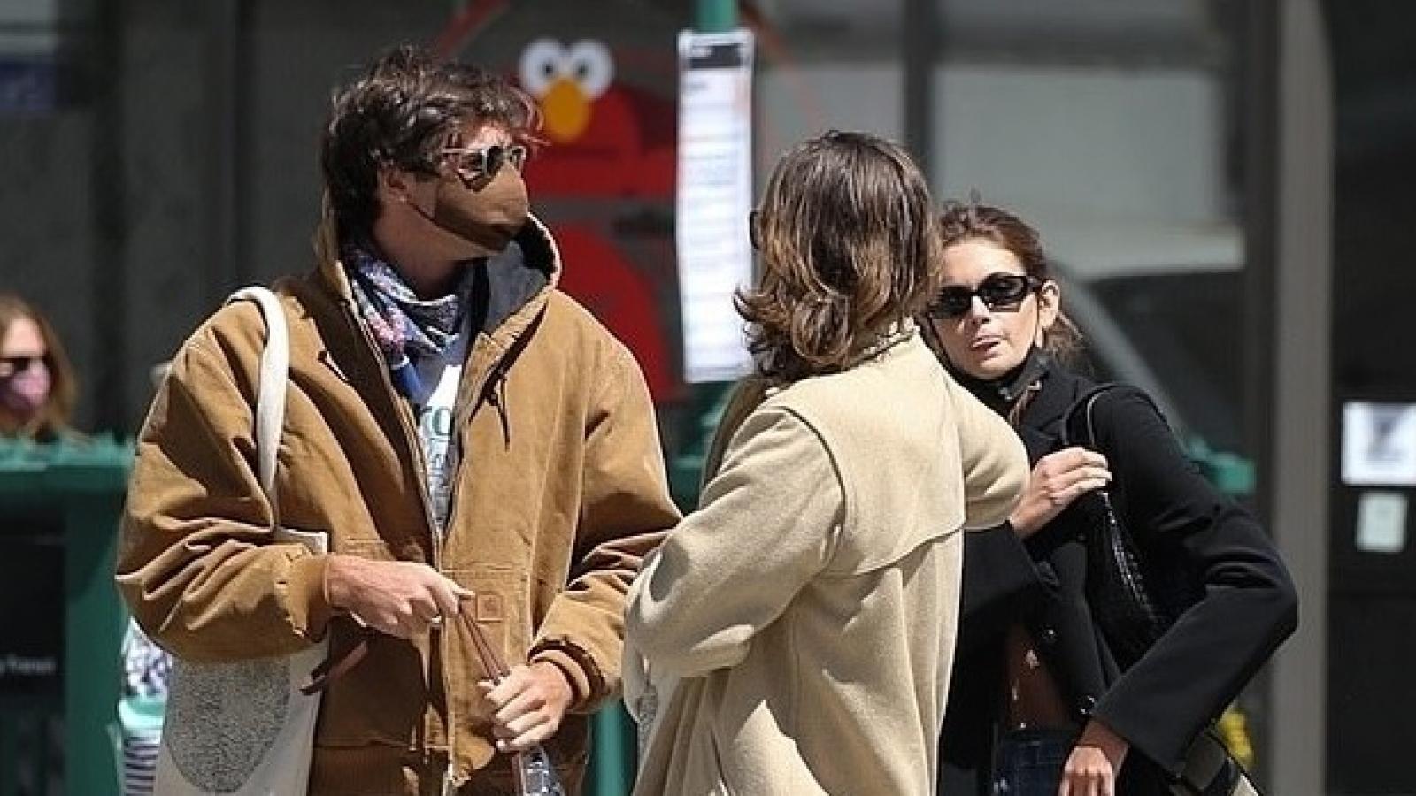 Kaia Gerber thân mật sánh đôi bên bạn trai trên phố