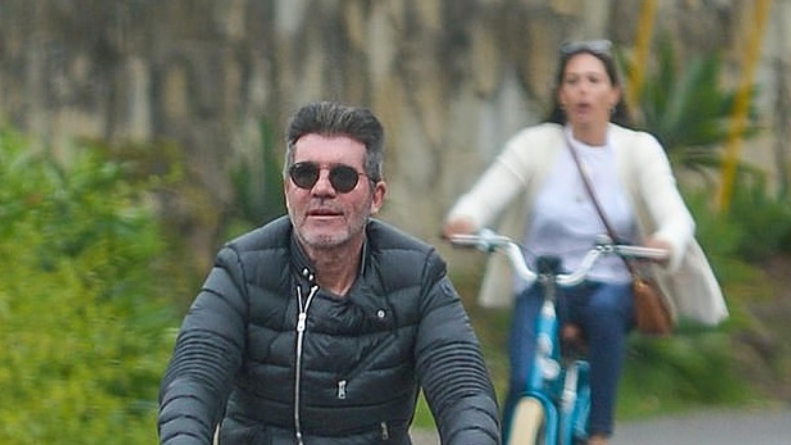 """""""Ông trùm"""" Simon Cowell vui vẻ đạp xe cùng bạn gái xinh đẹp ở California"""