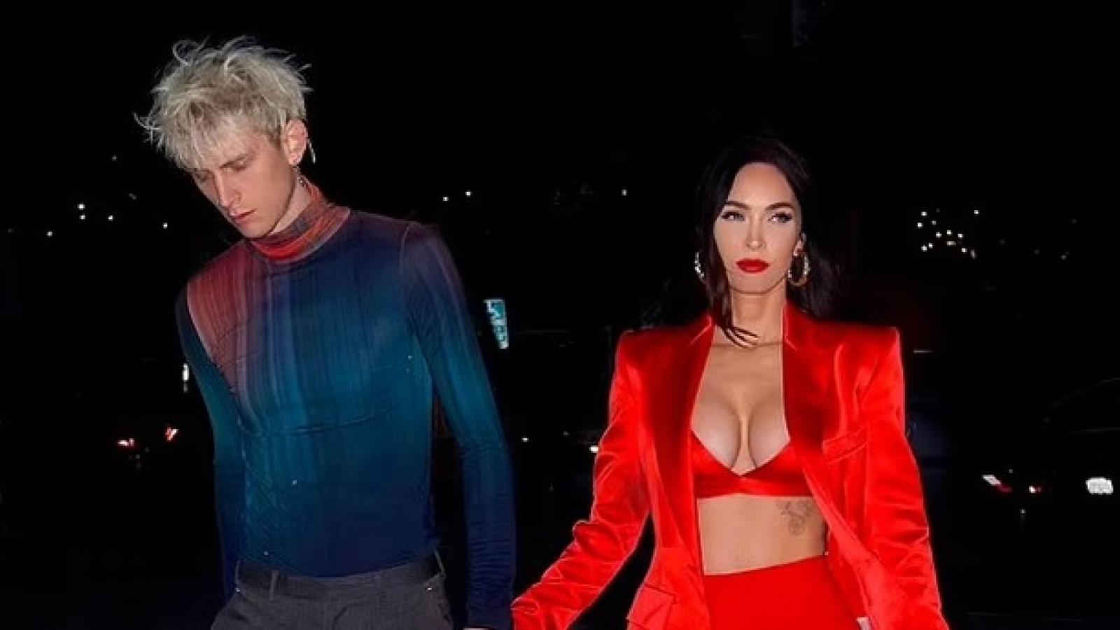Megan Fox diện set đồ đỏ rực, đi chơi tối cùng bạn trai kém tuổi
