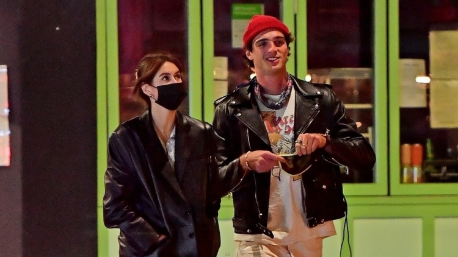 Kaia Gerber thanh lịch đi chơi đêm cùng bạn trai