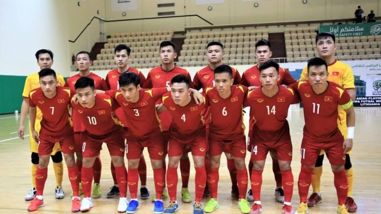 """Những """"người hùng"""" của ĐT Futsal Việt Nam về đến TPHCM, bắt đầu thực hiện cách ly 21 ngày"""