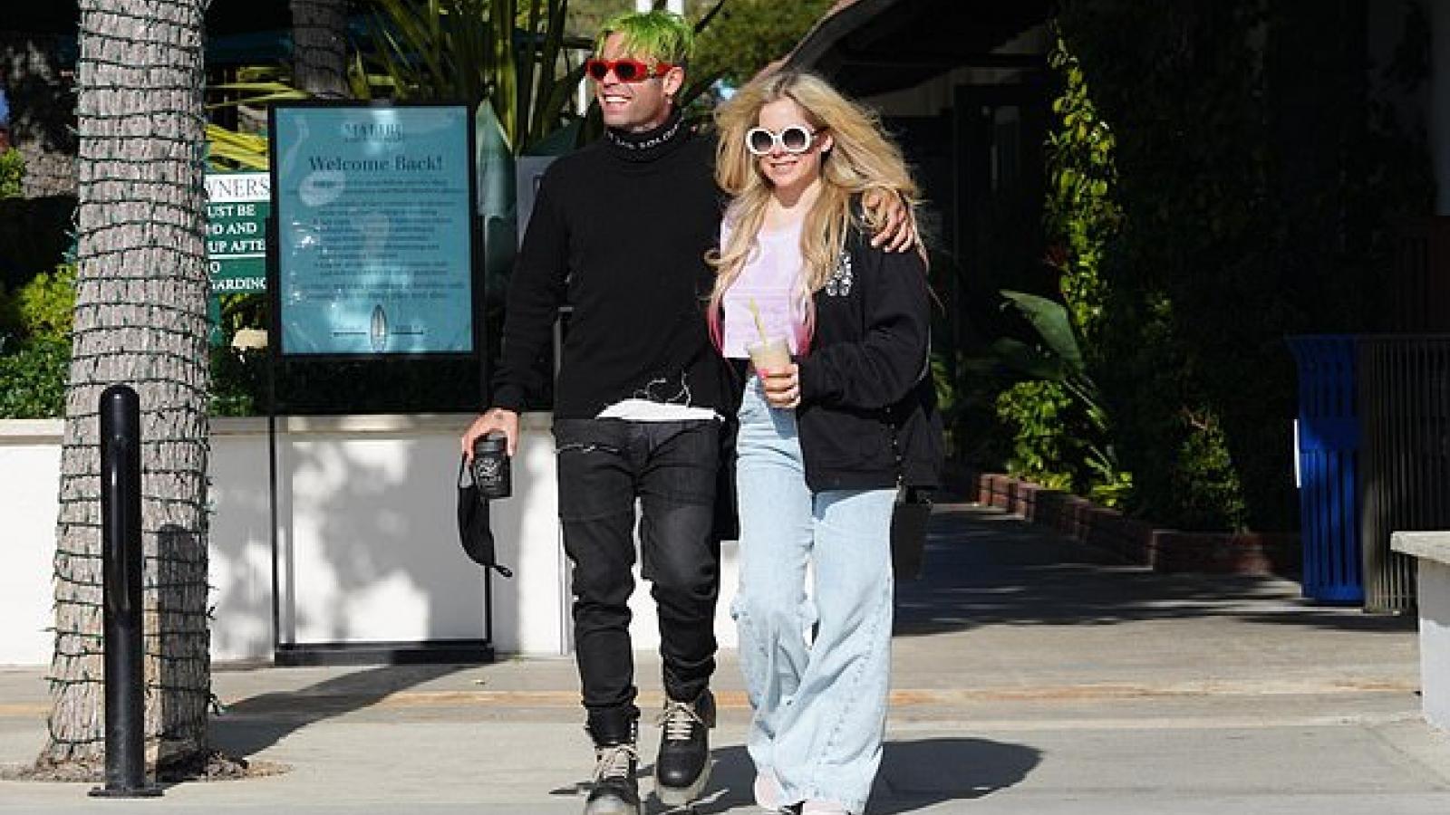 Ca sĩ Avril Lavigne rạng rỡ đi uống cafe cùng bạn trai