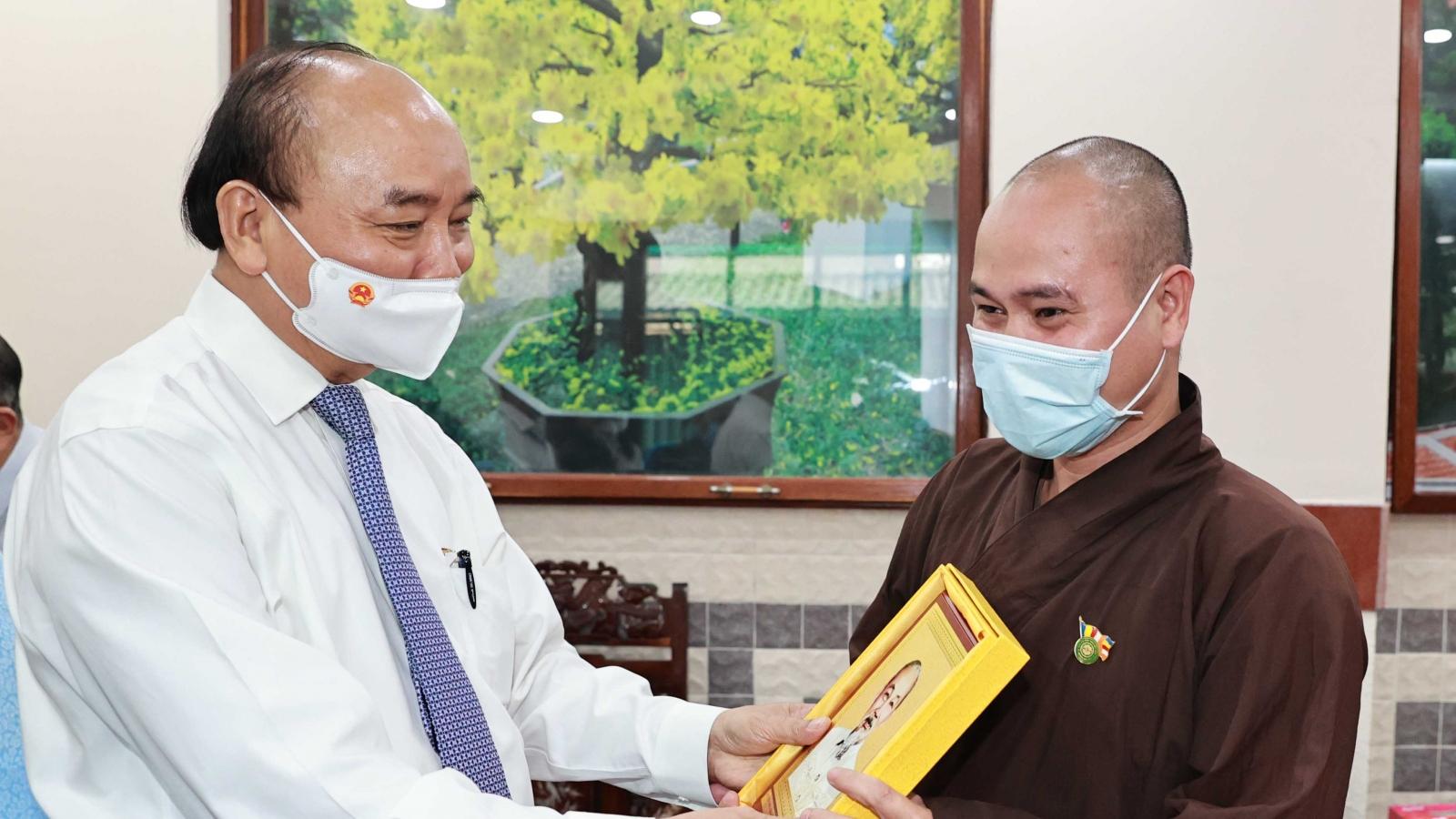 Chủ tịch nước Nguyễn Xuân Phúc tiếp các chức sắc tôn giáo tại huyện Hóc Môn