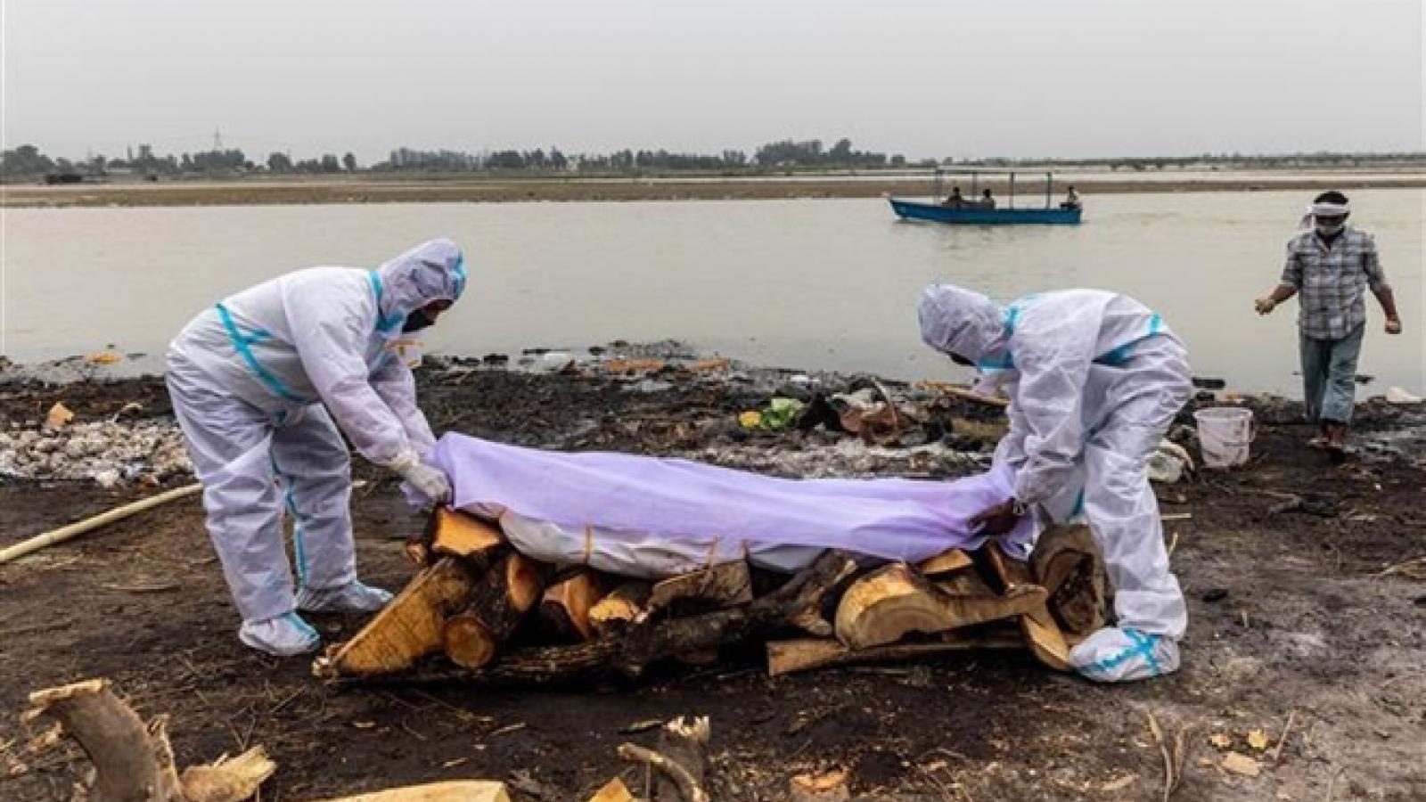 Gần 40 thi thể nghi của bệnh nhân Covid-19 dạt vào bờ sông Hằng