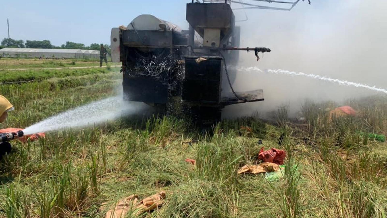 Máy gặt liên hợp bốc cháy ngùn ngụt giữa đồng lúa