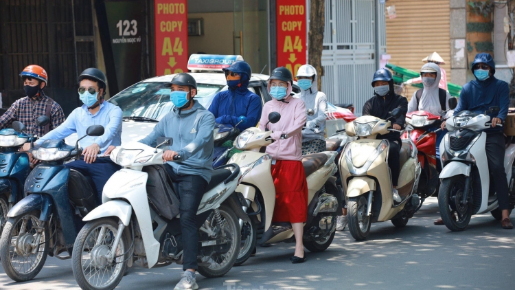 Residents of Hanoi battle to cope with prolonged heat wave